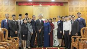 Đồng chí Võ Thị Dung chụp ảnh lưu niệm cùng Ban Điều hành và các lãnh đạo quốc gia của SSEAYP 2019. Ảnh: hcmcpv