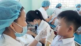 Các bác sĩ Bệnh viện Răng Hàm Mặt TPHCM đang trám răng cho các em học sinh