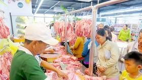 Cung cấp thịt heo sạch ở chợ Tân An, Long An. Ảnh: ĐĂNG NGUYÊN