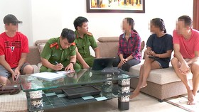 Cảnh sát khu vực Công an quận Ngũ Hành Sơn kiểm tra một cơ sở có nhiều người nước ngoài lưu trú