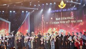 Ban tổ chức tặng hoa các giám khảo của liên hoan phim