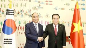 Thủ tướng Nguyễn Xuân Phúc hội kiến Chủ tịch Quốc hội Hàn Quốc Moon Hee - sang. Ảnh: TTXVN