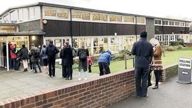 Cử tri Anh đi bỏ phiếu bầu cử trong ngày 12-12