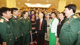 Đồng chí Nguyễn Phú Trọng trao đổi với các đại biểu điển hình tiên tiến toàn quốc trong xây dựng nền quốc phòng toàn dân vững mạnh giai đoạn 2009-2019. Ảnh: TTXVN