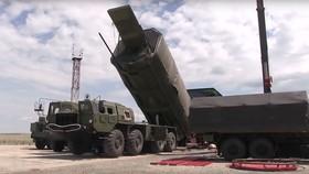 Phương tiện bay siêu thanh Avangard chuẩn bị lắp vào tên lửa liên lục địa. Ảnh: Bộ Quốc phòng Nga.