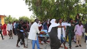 Chuyển người bị thương tại hiện trường vụ đánh bom ở thủ đô Mogadishu, Somalia ngày 28-12