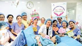 Các bác sĩ Bệnh viện Từ Dũ chúc mừng hai mẹ con một sản phụ