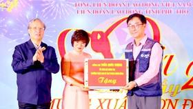 Đồng chí Trần Quốc Vượng tặng quà tết Công ty JNTC VINA. Ảnh: TTXVN