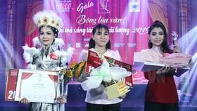 Nguyễn Hồng Bảo Ngọc (giữa), Nguyễn Thị Hương (phải), và Bùi Thị Kim Phượng đạt 3 giải thưởng cao nhất của giải thưởng Bông lúa Vàng 2019. Ảnh: Thúy Bình