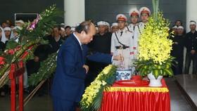 Thủ tướng Nguyễn Xuân Phúc thắp hương tưởng niệm 3 liệt sĩ. Ảnh: TTXVN