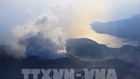 Khói bốc lên từ miệng núi lửa Shindake trên đảo Kuchinoerabu, tỉnh Kagoshima, Nhật Bản, ngày 29/5/2015 Ảnh (tư liệu). Ảnh: AFP/TTXVN
