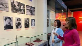 Hướng dẫn viên giới thiệu với khách tham quan triển lãm. Ảnh: QĐNDO