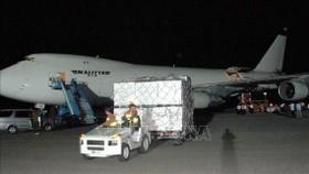 Máy bay chở hàng viện trợ tới sân bay Bình Nhưỡng, Triều Tiên