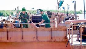 Bộ đội Biên phòng TPHCM tạm giữ phương tiện khai thác cát trái phép