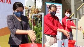 Thao diễn hướng dẫn người dân rửa tay đúng cách