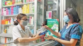 Người dân mua khẩu trang tại nhà thuốc Phú Lâm (đường Nguyễn Văn Thương, quận Bình Thạnh, TPHCM). Ảnh: DŨNG PHƯƠNG