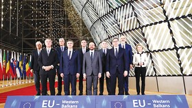 Lãnh đạo EU và các nhà lãnh đạo 6 quốc gia, vùng lãnh thổ khu vực Tây Balkan tại cuộc họp. Ảnh: MENAFN