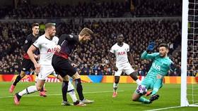 Thủ môn Hugo Lloris của Tottenham vất vả cản phá cú dứt điểm của tiền đạo Timo Werner (áo đỏ đen). Ảnh: Reuters