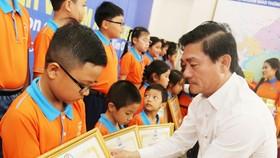 Đại diện Công ty Kim Oanh trong 1 lần trao học bổng cho các em học sinh