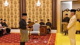 Chủ tịch điều hành đảng Bersatu Muhyiddin Yassin nhậm chức Thủ tướng thứ tám của Malaysia tại Hoàng cung trước Quốc vương Abdullah Sultan Ahmad Shah. Ảnh: TTXVN