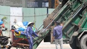 Thu gom rác tại một công ty dịch vụ công ích. Ảnh: Cao Thăng