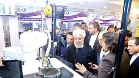 Tổng thống Iran Hassan Rouhani nghe giới thiệu về công nghệ hạt nhân Iran tại Tehran