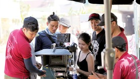 Đạo diễn hình ảnh Nguyễn Phan Linh Đan trên phim trường Bí mật của gió. Ảnh: ĐPCC