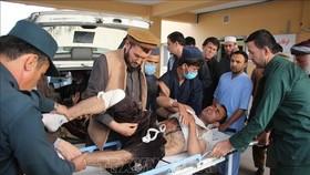 Tình nguyện viên người Afghanistan chuyển người bị thương trong một vụ tấn công bằng bom tại Taloqan, tỉnh Takhar. Ảnh: AFP/TTXVN