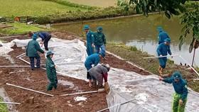 Lực lượng chức năng huyện Bảo Yên (tỉnh Lào Cai) xuống xã khắc phục dựng lại lều bạt cho người dân. Ảnh: TTXVN