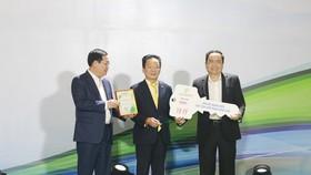 """Doanh nhân Đỗ Quang Hiển (ở giữa) trao ủng hộ, đồng hành cùng chương trình """"Cả nước chung tay vì người nghèo"""" năm 2019"""