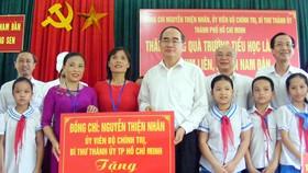 Bí thư Thành ủy TPHCM Nguyễn Thiện Nhân tặng 10 bộ máy vi tính cho Trường Tiểu học Làng Sen, Nghệ An