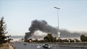 Khói bốc lên tại khu vực Abou Slim thuộc Tripoli, Libya do xung đột giữa lực lượng ủng hộ Chính phủ và lực lượng LNA trung thành với Tướng Khalifa Haftar, ngày 6-5-2020. Ảnh: THX/TTXVN