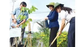 Phó Bí thư Thành ủy TPHCM Võ Thị Dung (giữa) trồng cây tại lễ phát động. Ảnh: THÁI PHƯƠNG