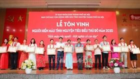 Ban Chỉ đạo vận động hiến máu tình nguyện thành phố Hà Nội tặng Giấy khen cho các gia đình có thành tích xuất sắc tham gia phong trào hiến máu tình nguyện. Ảnh: Thanh Tùng/TTXVN