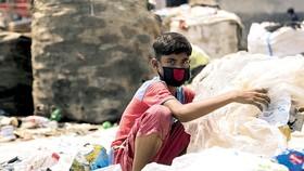 Một lao động trẻ em 12 tuổi đang phân loại rác tại bãi rác ở Dhaka, Bangladesh. Ảnh: UNICEF