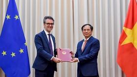 Việt Nam trao công hàm cho EU thông báo quyết định của Quốc hội phê chuẩn EVFTA, EVIPA. Ảnh: VGP