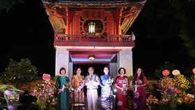 GS.TSKH Lưu Trần Tiêu, Chủ tịch Hội Di sản Văn hóa Việt Nam tặng hoa chúc mừng Ban Chủ nhiệm CLB. Ảnh: Báo Văn hóa