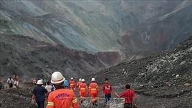 Lực lượng cứu hộ tìm kiếm nạn nhân sau vụ lở đất ở bang Kachin, Myanmar ngày 2-7-2020. Ảnh: AFP/TTXVN