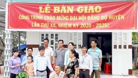 Ông Ngô Văn Thu rơi nước mắt khi nhận nhà mới. Ảnh: Huỳnh Lợi