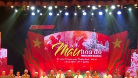 Đồng chí Võ Văn Thưởng trao tặng quà tới các gia đình thương binh, liệt sĩ tại chương trình. Ảnh: Báo Điện tử Đảng Cộng sản Việt Nam