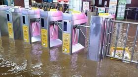 Nhà ga tàu điện ngầm bị ngập sau mưa lớn tại Busan, Hàn Quốc, ngày 23-7-2020. Ảnh: Yonhap/TTXVN