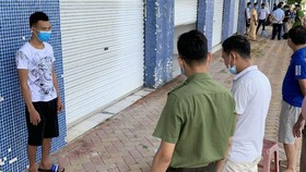 Cơ quan An ninh điều tra, Công an tỉnh Quảng Ninh tống đạt lệnh bắt giam đối tượng của vụ án. Ảnh: VOV
