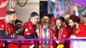 HLV Jurgen Klopp và các học trò nhận Cúp vô địch Premier League