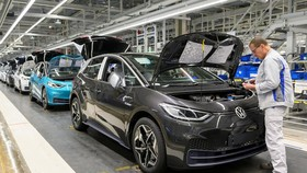 Nhân viên làm việc tại một nhà máy sản xuất của Volkswagen. Ảnh: Reuters