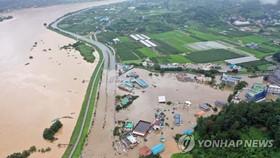 Một ngôi làng ở Hadong, tỉnh Gyeongsang Nam, bị nhấn chìm do nước tràn từ sông Seomjin, ngày 8-8-2020. Ảnh: Yonhap