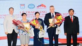 """Các cá nhân nhận Kỷ niệm chương """"Vì hòa bình, hữu nghị giữa các dân tộc"""". Ảnh: hcmcpv"""