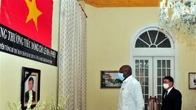 Phó Chủ tịch thứ nhất Hội đồng Nhà nước và Hội đồng Bộ trưởng Cuba Salvador Valdés Mesa viếng nguyên Tổng Bí thư Lê Khả Phiêu. Ảnh: Lê Hà/TTXVN
