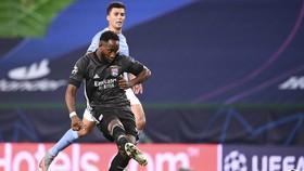 Tiền đạo Dembele lập cú đúp vào lưới Manchester City, đưa Lyon vào bán kết. Ảnh: AP