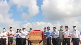 Các đồng chí lãnh đạo quận Thủ Đức thực hiện nghi thức công bố hoàn thành bờ kè sông Sài Gòn (đoạn Khu phố 5, phường Hiệp Bình Phước). Ảnh: hcmcpv