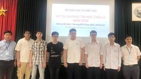 6 học sinh (đứng giữa) đội tuyển việt Nam dự Olympic Tin học Châu Á - Thái Bình Dương đều giành huy chương. Ảnh: PLO